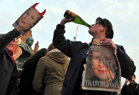 """<p>Varias personas bebían cervezas en lata y botellas de vino coreando: """"¡Está muerta!"""".</p>"""