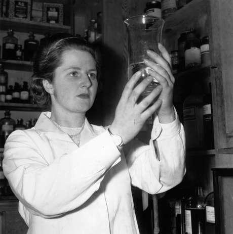 <p>Fotografía de la década de los 50 en dónde Margaret Thatcher aparece en su trabajo cómo investigadora en química</p>