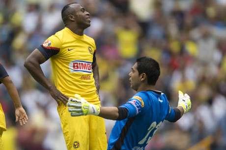 Raúl Jiménez metió un cabezazo a corazón del área a donde apareció Christian Benítez, quien estaba solo ante la portería, el ecuatoriano lo intentó de volea y erró su disparo ante la incomodidad que representó que el 'Hobbit' se le encimó un poco en la jugada.