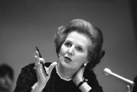 <p>Thatcher gesticula durante entrevista coletiva em 23 de junho de 1982</p>