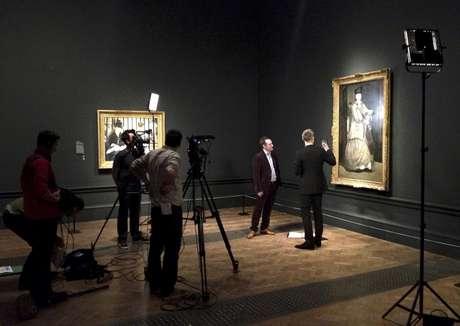 Un equipo de producción filma un documental sobre los retratos de Edouard Manet en la Academia Real de Artes en Londres en una fotografía de enero de 2013. El 11 de abril BY Experience, la empresa detrás de las transmisiones en vivo de la Opera Metropolitana de Nueva York en cines, lanzará su proyecto de proyección de documentales sobre exposiciones de arte de todo el mundo.