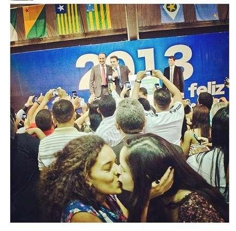 Duas mulheres se beijam durante uma visita de Feliciano a uma igreja evangélica em Belém