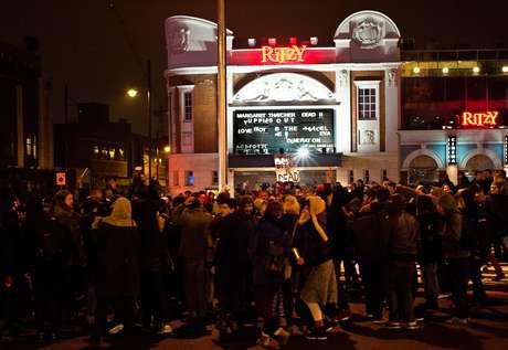 """Manifestantes comemoraram a morte de Margaret Thatcher em frente ao cinema Ritzy, em Londres, durante a madrugada desta terça-feira. No letreiro do cinema se lê: """"Margaret Thatcher morta!!"""""""
