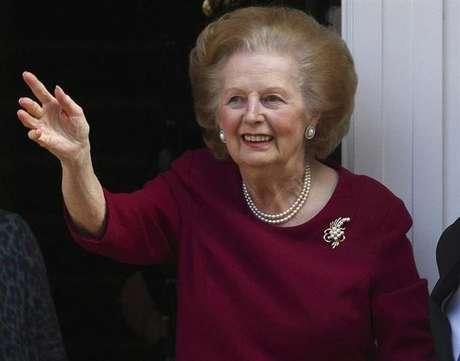 Ex-premiê britânica Margaret Thatcher acena da frente de sua casa após retornar do hospital, em Londres. Ela morreu após sofrer um derrame, informou um porta-voz da família nesta segunda-feira. 1/11/2010.