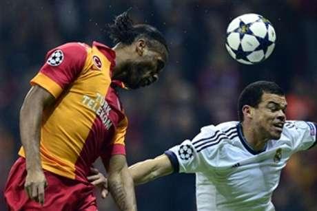 Pepe lucha con Drogba