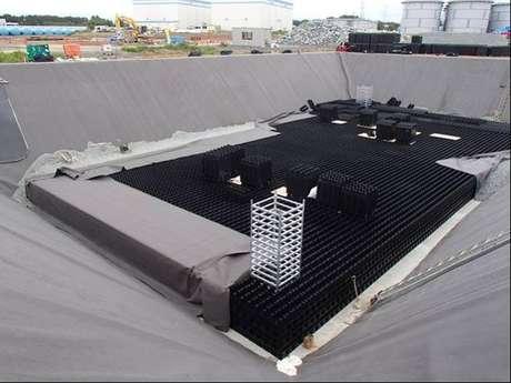Tanque de armazenamento de água em construção na usina de Fukushima-Daiichi