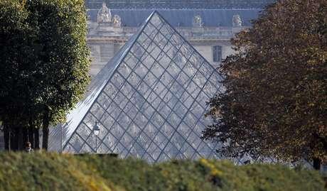 Los turistas no pudieron visitar el miércoles la Mona Lisa, la Victoria de Samotracia o la Venus de Milo debido al cierre del Louvre por un día, debido a una protestas de los guardias porque los carteristas campan a sus anchas por el museo más visitado del mundo. En la imagen, la vista de la pirámide de cristal por la que se entra al Museo del Louvre de París, en una imagen de archivo del 21 de octubre de 2011.