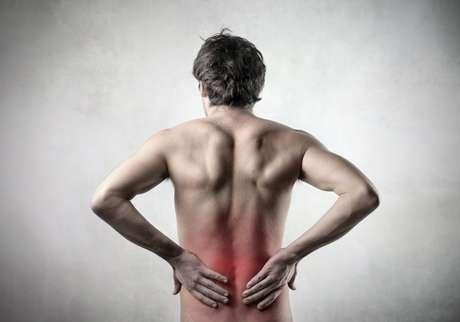 <p>O principal sintoma do cálculo renal é a cólica renal, uma dor aguda nas costas</p>