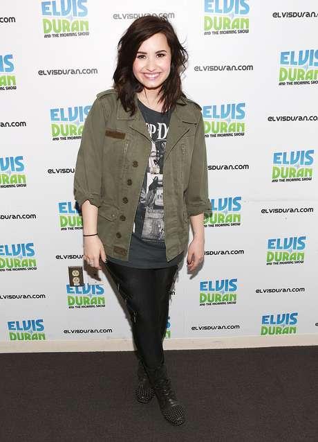 """Demi Lovato visitó los estudios del programa """"Elvis Duran Morning Show"""", que transmite la emisora de radio Z100 desde Nueva York, para promocionar """"Heart Attack"""", el primer sencillo de su nuevo álbum """"Demi"""". La cantante para asistir a la cita mostró un look bastante desaliñado con el cabello desarreglado, chaqueta al estilo militar y pantalones de color negro."""