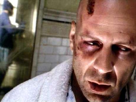 <p>En el universo alterno de 'Doce Monos' (1995), la humanidad es arrasada por un mortífero y desconocido virus en 1996. Un hombre con un pasado misterioso (Bruce Willis) es enviado atrás en el tiempo para detectar el origen de la epidemia y, de paso, detener a los responsables.</p>