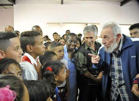 Em imagem do dia 9, Fidel Castro conversa com crianças durante a inauguração da escola