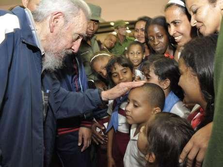 Fidel interage com crianças que participaram da inauguração