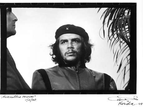 """<p>La imagen del Che Guevara, formalmente titulada Guerrillero Heroico por su autor Alberto Korda, cuando la tomó en marzo de 1960, se ha vuelto un emblema de la revolución en todo el mundo. Aunque no fue publicada hasta siete años después, ha sido nombrada """"el ícono gráfico más famoso del siglo XX"""".</p>"""