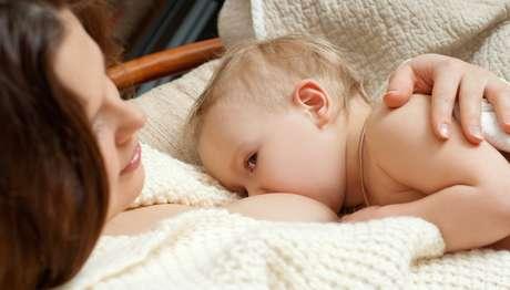 Se for possível, o melhor é que a mãe saia do trabalho para amamentar o bebê