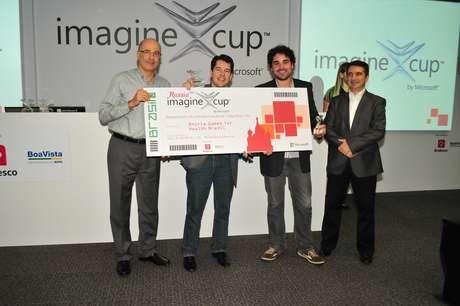 Equipes vencedoras das categorias 'games', 'inovação' e 'cidadania mundial' da etapa brasileira da Imagine Cup, considerada a copa do mundo da tecnologia
