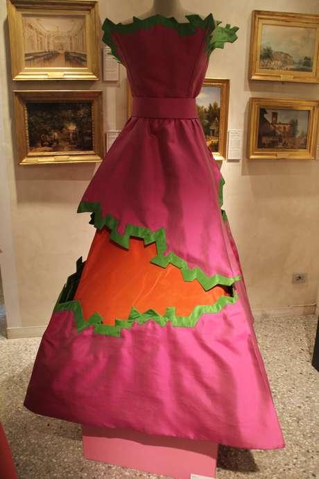 <p>As peças seguem cores fortes e recortes apresentadas pelos modelos de Roberto Capucci</p>