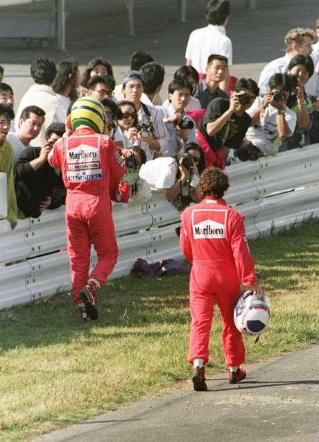 <p>Ayrton Senna y Alain Prost protagonizaron la rivalidadmás marcada entre compañeros de una escudería en la F1. Fue en McLaren entre 1988 y 1989, cuandoel brasileño y el francés compartieron equipo. En el ´88, de 16 carreras, 15 fueron de McLaren, ocho para Senna y siete para Prost y el título fue para Ayrton, pero un año más tarde, Prost se coronaría gracias a una maniobra del sudamericano sobre el galo en la chicana Casio de Suzuka y que a la postre significó la descalificación del entonces campeón. La rivalidad siguió años después, con más polémicas, incluso con Prost en Ferrari, y duró hasta el retiro del francés en el GP de Australia de 1993.</p>