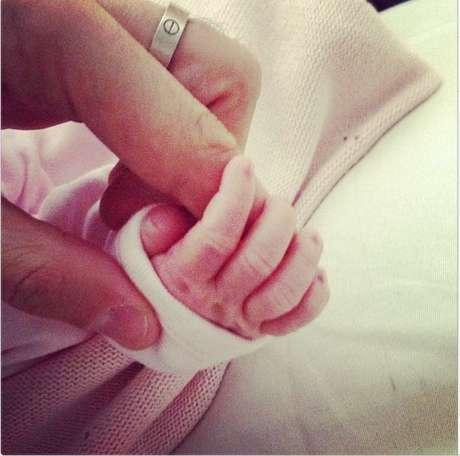 <p>Cesc Fábregas compartió su primera foto con su hija, que nació mientras estaba jugando contra el PSG en la Liga de Campeones.</p>