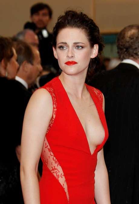 <p>Algumas famosas, como Kristen Stewart,já são adeptas à ausência do sutiã</p>