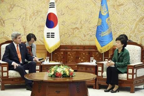 <p>La presidenta surcoreana, Park Geun-Hye (der.), conversa con el secretario de estado estadounidense, John Kerry (izq.), en Seúl (Corea del Sur) este viernes 12 de abril de 2013.</p>