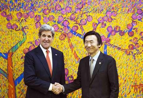 El secretario de Estado norteamericano John Kerry y el ministro de Relaciones Exteriores de Corea del Sur, Yun Byung-se, posan para los fotógrafos antes de reuniones privadas en Seúl, el viernes 12 de abril de 2013.