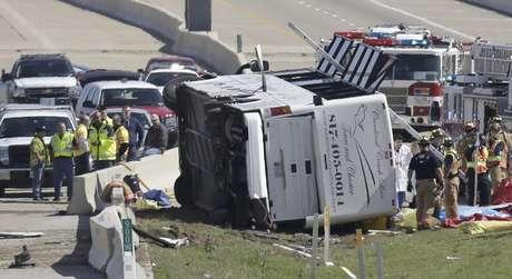 <p>Rescatistas trabajan en el sitio donde chocó un autobús, sobre la Carretera George Bush, el jueves 11 de abril de 2013, en Irving, Texas.</p>