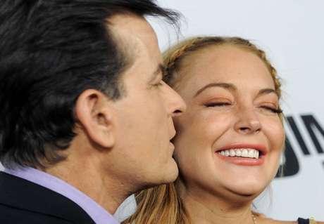 <p>¿Quién iba a decir que hasta besos y abrazos iba a haber entre Lindsay Lohan y Charlie Sheen en la alfombra roja de 'Scary Movie 5' donde ellos participan? ¡Qué mundo tan loco!</p>