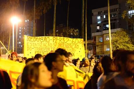 O protesto iniciou por volta das 18h, quando os manifestantes se concentraram em frente ao Auditório Araújo Viana, no Parque da Redenção