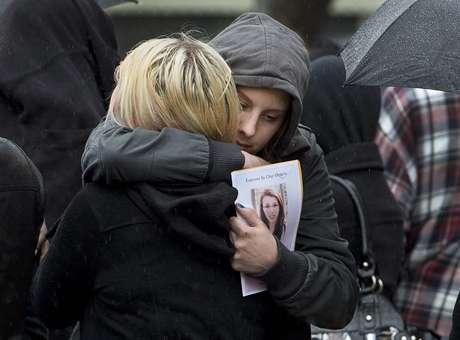 Familiares e amigos de Rehtaeh Parsons, 17 anos, participaram do funeral da canadense neste sábado, em Halifax, no Estado da Nova Escócia. Ela teria tentado o suicídio após sofrer bullying por mais de um ano e meio em decorrência de um estupro quando tinha 15 anos
