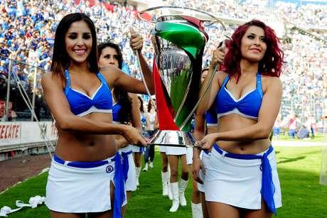 <p>En el duelo de Cruz Azul, las porristas tuvieron el honor de cargar el trofeo de campeones de Copa.</p>