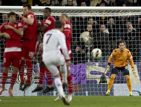 <p>La capacidad de marcar de tiro libre es una de las especialidades del portugués.</p>