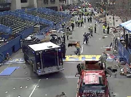<p>Duas explosões aconteceram perto da linha de chegada</p>