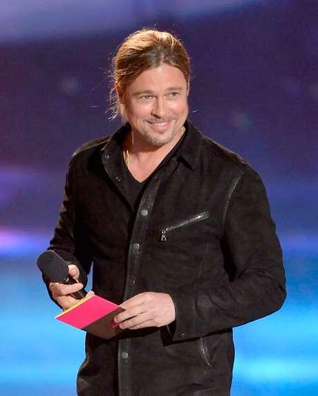 """Brad Pitt, el famoso actor, fue el encargado de entregar el reconocimiento a los ganadores de la categoría """"Movie of the Year"""" película del año"""