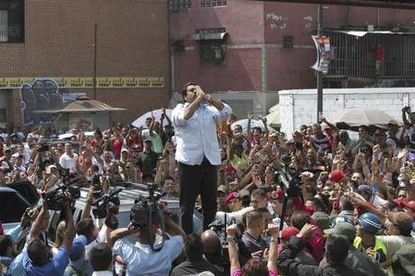 <p>Madurosaluda a sus partidarios a su llegada a un centro electoral en Caracas.</p>