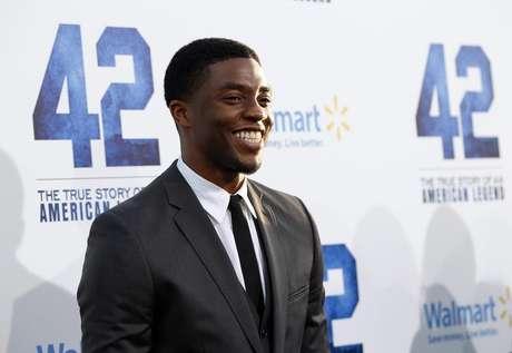 """El drama sobre baseball """"42"""", la historia sobre la histórica entrada de Jackie Robinson en las grandes ligas del béisbol hace más de 60 años, triunfó en taquilla con una recaudación de 27,3 millones de dólares (unos 20,65 millones de euros) en los cines de Estados Unidos y Canadá durante el fin de semana. En la imagen, de 9 de abril, Chadwick Boseman posa en el estreno de """"42"""" en Hollywood."""