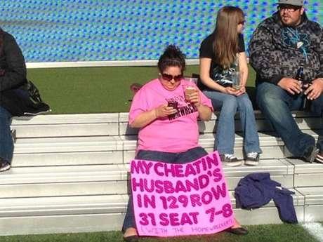 La mujer enseña su curiosa pancarta