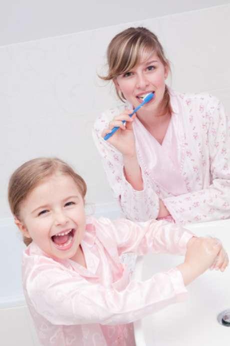 Segundo estudo realizado no Laboratório de Bioquímica Oral da Faculdade de Odontologia de Piracicaba-UNICAMP, o uso de creme dental fluoretado no período noturno resulta em maior redução da progressão de cárie em comparação com a escovação matinal