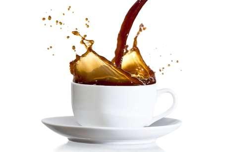<p><strong>Café</strong><br />O problema com a bebida é que ela aumenta a eliminação do cálcio pela urina. Não são quantidades muito grandes e que podem prejudicar os ossos, se a dieta se mantém equilibrada. No entanto, é preciso ficar atento à quantidade de cafeína consumida em outros itens também, como chocolate ou mesmo em alguns remédios</p><p></p>