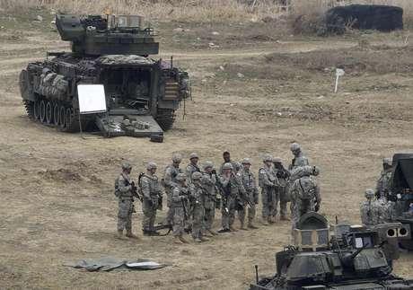 <p>Soldados estadounidenses y surcoreanos participan en un ejercicio militar en Paju, Corea del Sur, el 16 de abril del 2013. Ese mismo día, Corea del Norte intensificó su retórica contra Estados Unidos y Corea del Sur, que están observando atentamente si Pyongyang llevará a cabo una prueba de un misil de mediano alcance en desafío a la comunidad internacional.</p>