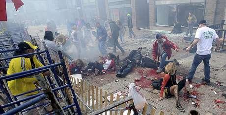 Personas heridas y escrombros en una acera cercana a la línea de meta del Maratón de Boston luego de estallar una de dos bombas, el lunes 15 de abril de 2013.