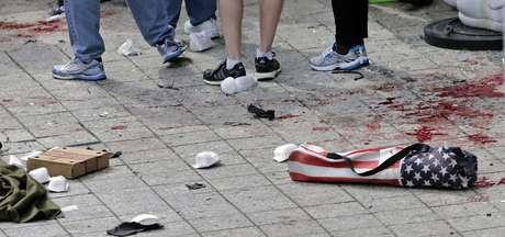 <p>Dos explosivos estallaronjusto frente a la línea de llegada de la Maratón en lacual participaron más de 27,000 atletas. Se estima que los explosivos fueron caseros y estaban escondidos en botes de basura.</p>