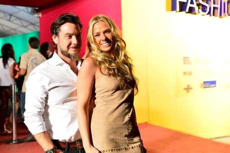 <p>Adriane Galisteu foi ao Fashion Rio com o marido,o empresário Alexandre Iódice</p>