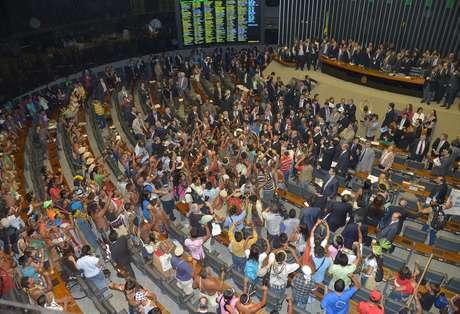 Índios invadem Plenário da Câmara durante votação