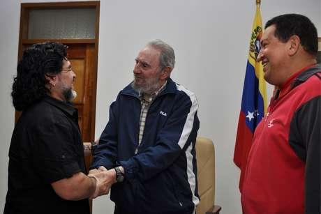 <p>Ya en 2011, Maradona visitó a Chávez en Cuba, mientras se hallaba en tratamiento para el cáncer.</p>