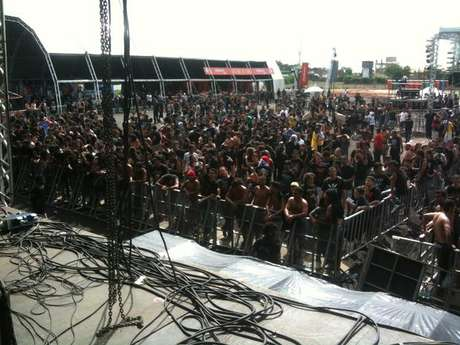 Vista do palco do primeiro dia do Metal Open Air, festival fracassado realizado em São Luiz, um ano atrás
