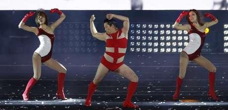 """El nuevo vídeo del rapero surcoreano Psy, """"Gentleman"""", subía como la espuma en YouTube, con más de 82 millones de visitas el martes, a la caza de su megaéxito """"Gangnam Style"""" tras destrozar el récord de visitas para una canción en su primer día. Imagen de Psy en su concierto """"Happening"""" en el estadio olímpico de Seúl el 13 de abril, en el que interpretó """"Gentleman"""" en público por primera vez."""