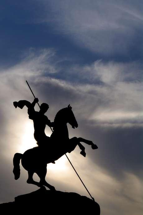 <p>Com cavalo e espada, São Jorge atrai proteção e vitórias</p>