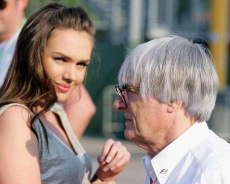<p>Ecclestone caminha no paddock da F1 ao lado da filha, Tamara; a amigos próximos, ele teria descartado possibilidade de deixar a categoria</p>