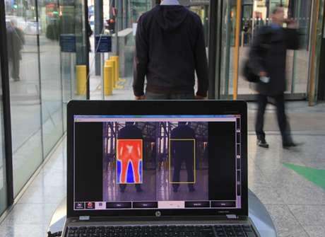 Imagem mostra a tecnologia identificando uma arma sob a roupa de um homem