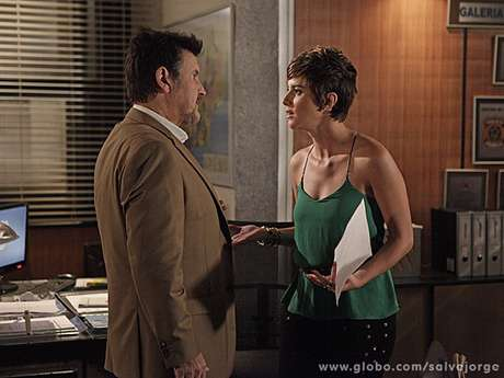 <p>Mustafa (Antonio Calloni) passa mal quando Stênio (Alexandre Nero) conta que Berna (Zzezé Polessa) roubou Aisha (Dani Moreno) da mãe biológica</p>